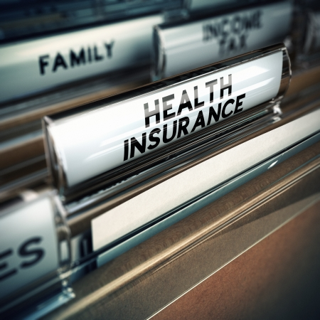 Map met een ziektekostenverzekering documenten binnen, begrip verzekerde Focus op de tekst en blur effect