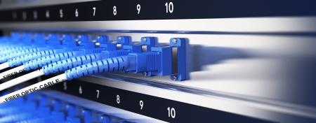 fibra óptica: Cierre de equipos de telecomunicaciones de fibra óptica óptica y cables de conexión dentro de un efecto de desenfoque infraestructura de red con el foco en un solo cable, los tonos azules