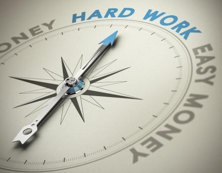 brujula: Br�jula aguja apuntando hacia el texto trabajo duro azul y tonos marrones con efecto de desenfoque y se centran en el concepto principal palabra por valores personales