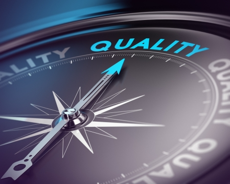 コンパスの針、ブルーを指しているテキスト青と黒のトーンぼかし効果や品質保証管理のための主な単語の概念に焦点を当てると 写真素材