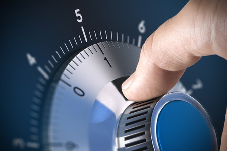 Close-up van een veilig slot op de kluis met blur effect en de focus op de nummer een, blauwe tinten Conceptueel beeld geschikt voor beveiliging van gegevens mangement en bescherming