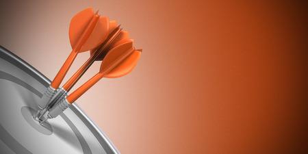3 本の投げ矢がオレンジ色の背景上、ターゲットの中心を打ちます。ビジネス成功のコンセプト イメージ。