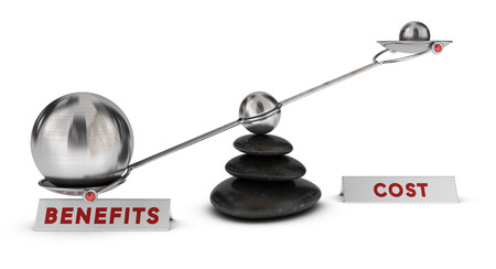 Due sfere di diverse dimensioni su una altalena più due segni costi e benefici su sfondo bianco, il concetto di marketing analisi o simbolo