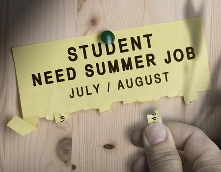 Déchirez pas avec l'élève du texte Besoin d'emploi d'été sur fond de bois