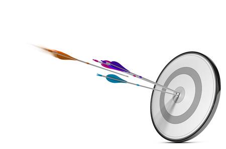 ottimo: Un bersaglio con tre frecce colorate che colpisce il centro. Immagine di concetto per l'illustrazione di successo piano strategico di marketing o il successo della pubblicità.