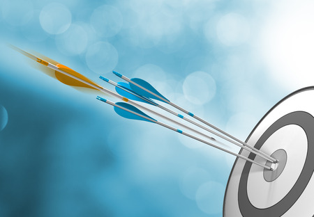 metas: Tres flechas azules que golpean el centro de destino, más un una naranja en movimiento a punto de golpear la diana. Imagen del concepto para el éxito o el logro de metas. Foto de archivo