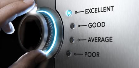 Mano girando una perilla a la posición superior, la luz azul y efecto de desenfoque. Imagen del concepto para un excelente servicio al cliente. Foto de archivo