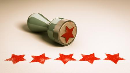 Stempel auf Papierhintergrund mit fünf Sternen auf ihm gedruckt. Konzept Bild für die Darstellung von High Kundenzufriedenheit und Qualitätsstufe