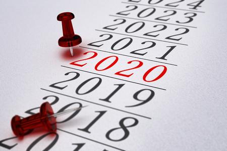 Jaar 2020 geschreven op een papier met een concept afbeelding rode punaise, voor zakelijke visie of nieuwe jaar 2020. Stockfoto