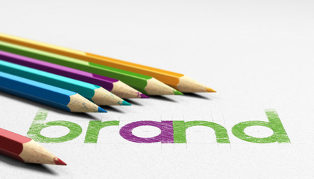 Słowo Marka odręcznie na papierze z teksturą sześć drewniane ołówki sourounding go. Koncepcja obrazu dla marki i projektowania tożsamości.