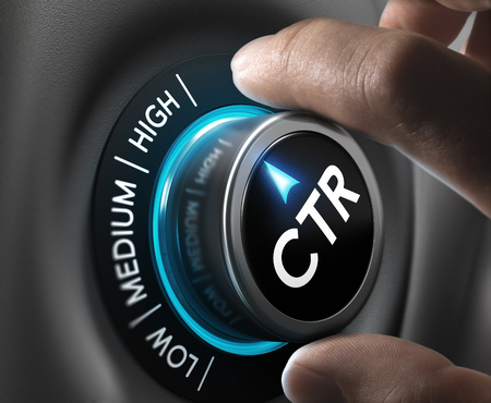 mano girando un botón CTR en la posición más alta. Concepto de imagen para ilustrar una elevada tasa de clic durante una campaña de publicidad.
