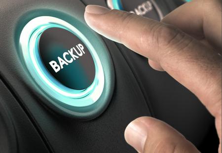 Finger punto de pulsar el botón circular con luz azul sobre fondo negro. Concepto de copia de seguridad de datos y asegurar la línea de copia de seguridad.