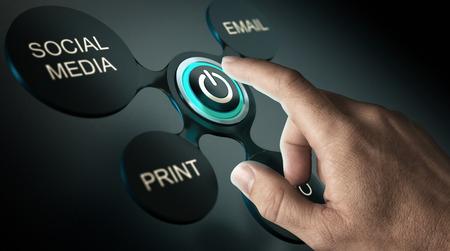 kommunikation: Kommunikationsstrategi eller reklamkampanjkoncept. Finger om att trycka på startknappen för en marknadsföringskampanj. Sammansatt bild över svart bakgrund.