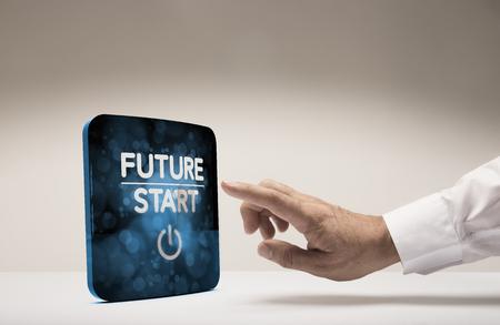 Finger à propos d'appuyer sur l'écran moderne avec le texte début futur, fond beige. image Concept pour l'illustration de l'innovation ou de la vision stratégique.