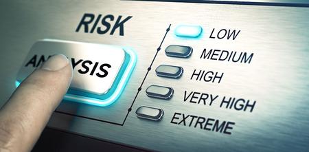 解析ボタンを押して約男の指。青色の led に焦点を当てます。リスク管理や評価のイラストのコンセプト イメージです。