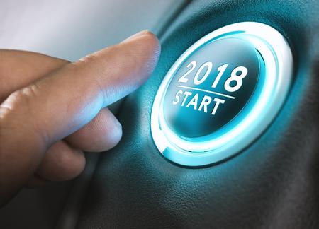 Hand drukken op een 2018 startknop. Concept nieuwjaar, tweeduizend achttien. Samenstelling tussen een fotografie en een 3D-achtergrond. Horizontaal beeld Stockfoto