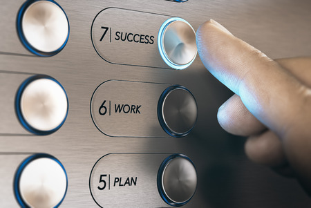 Mens die een liftknoop duwt waar het is geschreven hij woordsucces. Succesvolle carrière evolutie concept. Samengesteld beeld tussen handfotografie en een 3D achtergrond. Stockfoto - 73006961
