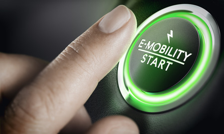 Homme poussant le bouton de la voiture verte. Concept de mobilité électronique. Image composite entre une photographie à la main et un fond 3D.