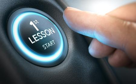 Principiante a punto de encender un automóvil presionando un botón de inicio donde está escrita la primera lección. Imagen compuesta entre una fotografía de la mano y un fondo 3D.