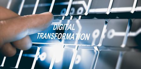 Finger, der einen digitalen Knopf mit der digitalen Umwandlung des Textes betätigt. Konzept der Digitalisierung von Geschäftsprozessen. Zusammengesetztes zwischen einer Fotografie und einem 3D-Hintergrund. Horizontales Bild