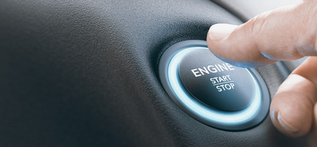 Doigt appuyant sur un bouton de démarrage du moteur de couleur bleue. Image composite entre une photographie de main et un arrière-plan 3D.