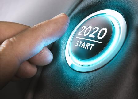 Dedo a punto de presionar el botón de encendido de un automóvil con el texto Inicio 2020. Año dos mil veinte concepto. Foto de archivo