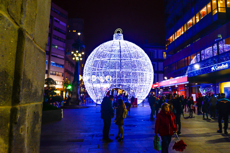 Christmas light and people in Vigo - Galicia - Spain Banque d'images - 118749496