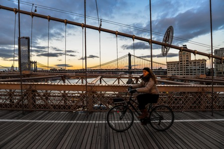 New YorkUSA - 1318 - People crossing the bridge at Sunset 에디토리얼