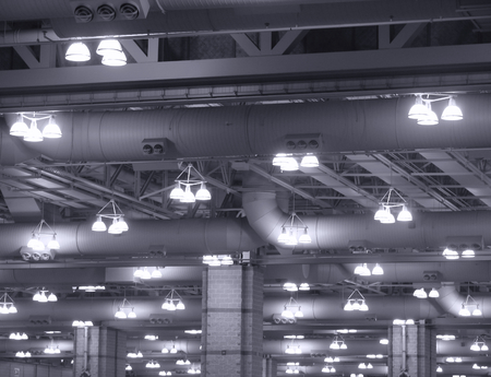 bedrijfshal: Terugprojector opknoping verlichting in een industrieel gebouw Stockfoto