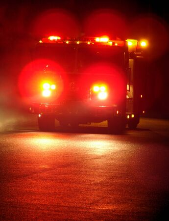 camion pompier: Course de camion d'incendie sur l'�clairage de secours pendant la nuit Banque d'images