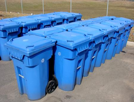 landfill site: Righe di contenitori di riciclaggio comunali blu