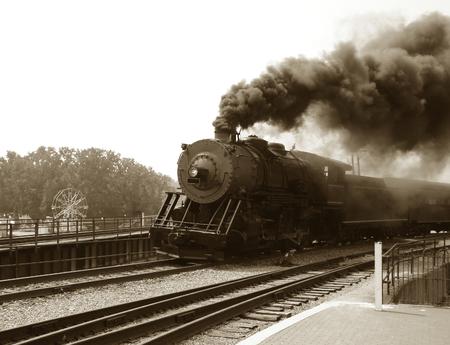 locomotoras: Motor de vapor del estilo de la vendimia con el coche de pasajeros Foto de archivo