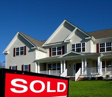vendiendo: Relleno vendido del jinete en una muestra de las propiedades inmobiliarias delante de una casa para la venta Foto de archivo