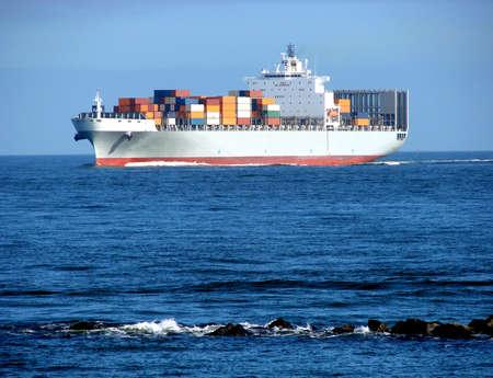 seafaring: Cargado de contenedores de carga los buques que naveguen en el mar