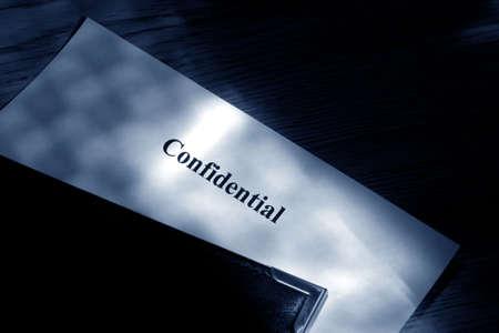 블루 톤 컬러의 가죽 바운드 폴더 안에있는 기밀 문서 스톡 콘텐츠