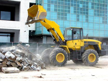 front loader: Frente cargador de descarga concretas escombros en la construcci�n urbana sitio