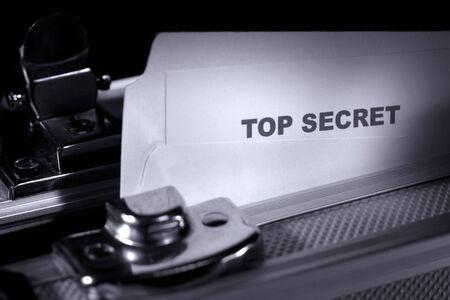 company secrets: Top secret documento in una cartella all'interno di una valigia blindate