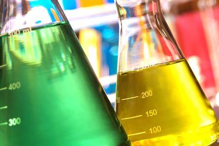 laboratorio clinico: Erlenmeyer de vidrio en un laboratorio de investigaci�n