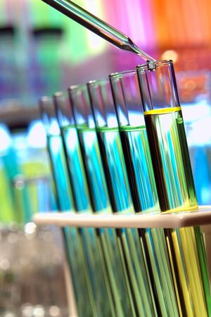 drug discovery: Pipetta goccia emergenti con pi� di provette in un laboratorio di ricerca