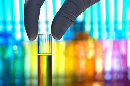 laboratorio: Scientist dedos la celebraci�n de un vaso tubo de ensayo en un laboratorio de investigaci�n  Foto de archivo