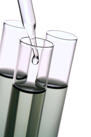 drug discovery: Pipetta con emergenti goccia di liquido su provette in un laboratorio di ricerca Archivio Fotografico