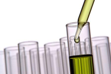 Pipetteer met opkomende druppel vloeistof in reageerbuizen in een wetenschappelijk onderzoek lab