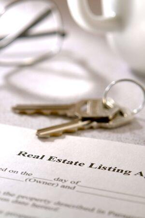 listing: Listado de Propiedades Inmobiliarias en contrato y las llaves en una mesa de la cocina