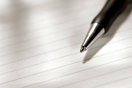 foglio a righe: Penna a sfera su un foglio bianco di carta stabilito Archivio Fotografico