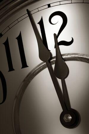 2 つ分真夜中の時間の前に時間を示す時計の針