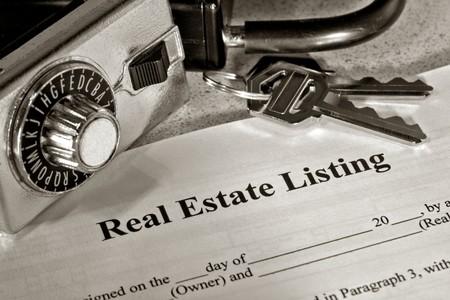 listing: Inmobiliarias lista contrato con llaves y cerradura caja