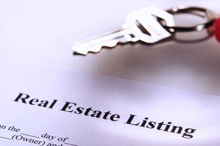 listing: Real contrato de listado de propiedades y la clave en un llavero Foto de archivo