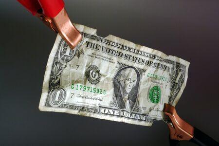 점프 케이블 클램프는 경제를 시작하는 데 순환 1 미국 달러 지폐에 첨부