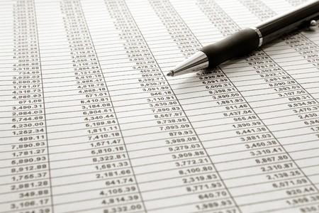 Spreadsheet met de financiële cijfers nummers met balpen