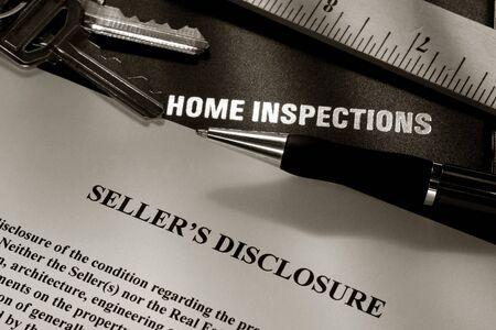 listing: Inmobiliarias propietario vendedor declaraci�n con informe de inspecci�n de la casa carpeta cubrir l�piz y regla de teclas Foto de archivo